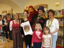 v.r.: Vivi Heider, Stephan Zenger, Tania Schnagel, Waldtraud Hintermeier mit zwei jungen Besucherinnen